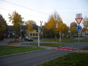Neue Radverkehr-Markierungen am Kreisverkehr Rheingoldhalle